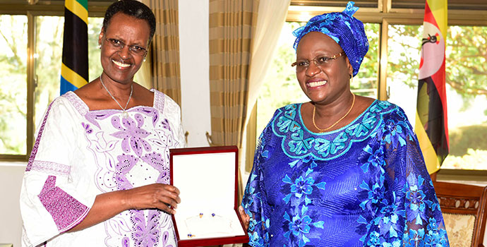Tanzania First Lady Janeth Magufuli presenting a gift to First Lady Janet Museveni  at Masaka State Lodge on Friday 10th September 2017.